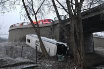 Vážná nehoda autobusu u Mělníka.