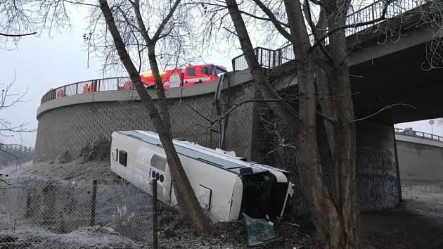 Vážná nehoda u Mělníka. Autobus se zřítil ze srázu, tři lidé se zranili