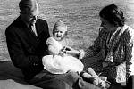 Charles s královnou Alžbětou a princem Philipem.