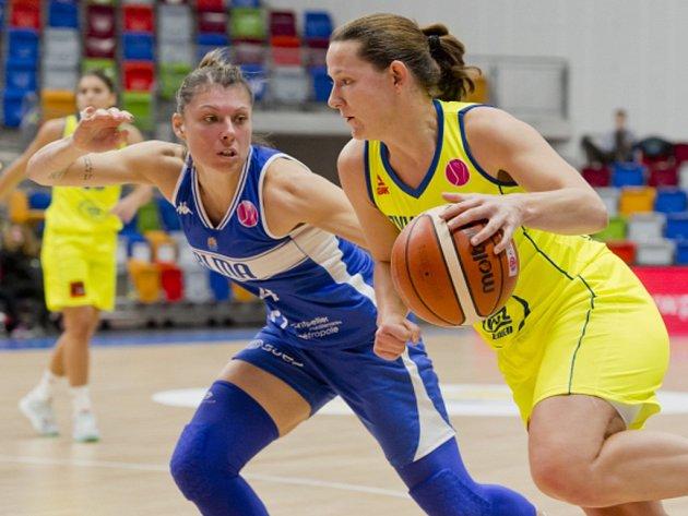 Tereza Vyoralová z USK (vpravo) a Anael Lardyová z Montpellieru.