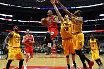 Derrick Rose (1) uniká obraně Clevelandu.