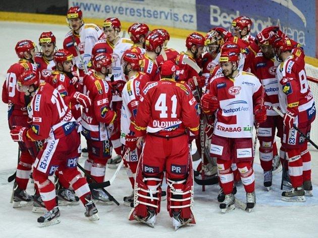 Hokejisté Slavie se radují z vítězství proti Plzni.