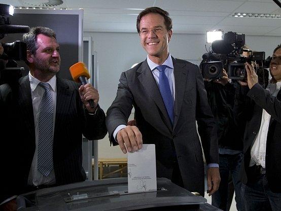 Premiér Mark Rutte při středečních volbách