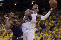 Marreese Speights (5) střílí přes bránícího Jamese Jonese z Cleveland Cavaliers.
