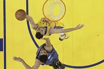 Stephen Curry z Golden State (nahoře) se prosazuje proti Minnesotě.