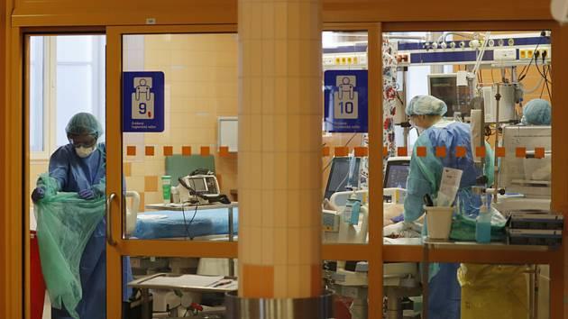 Zdravotníci u lůžka pacienta nakaženého koronavirem na jednotce intenzivní péče ve Všeobecné fakultní nemocnici v Praze, 7. dubna 2020
