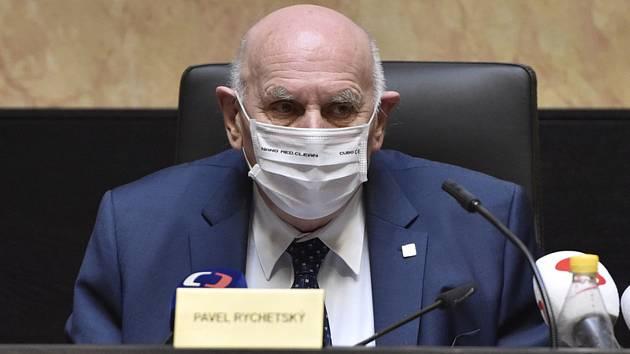Předseda Pavel Rychetský ve sněmovně Ústavního soudu (ÚS) v Brně