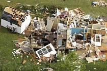Několik desítek lidí zahynulo při středečním řádění bouře na jihu Spojených států. Statisíce lidí se ocitly bez dodávek elektrického proudu, tornádo za sebou nechalo veliké škody.