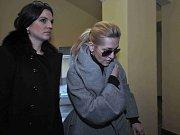 Obvodní soud pro Prahu 2 ve středu začal řešit předloňskou smrtelnou dopravní nehodu z pražského Šáreckého údolí, kvůli níž je obžalována zpěvačka Dara Rolins. Na snímku zpěvačka s advokátem Robertem Vladykou.