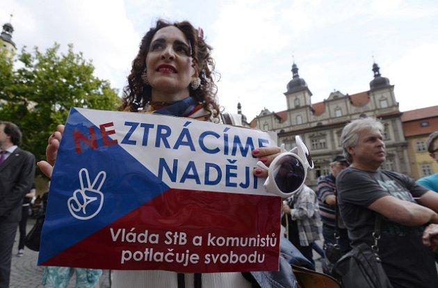 Lidé protestují proti Babišově vládě spodporou komunistů.
