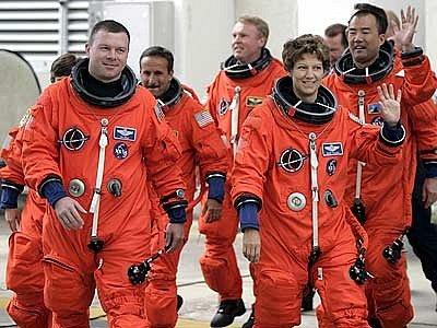 Eileen Collinsová přepisovala dějiny vícekrát. Kromě toho, že se stala první ženou, která kdy pilotovala raketoplán, stala se také první a jedinou velitelkou raketoplánu v historii. Na snímku se svojí posádkou v roce 2005.