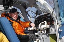 Pilot Petr Bold kontroloval na letišti Vodochody přístroje v kabině stroje Let L-200 Morava, v němž se spolu s Richardem Santusem chystal obletět severní pól.