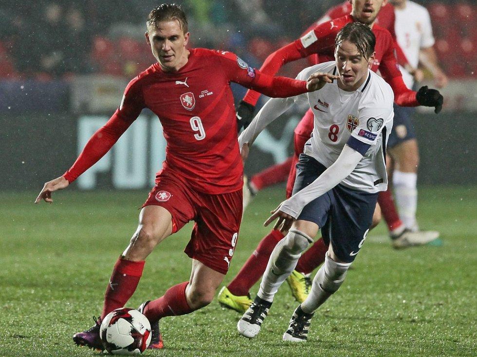 Bořek Dočkal (vlevo) proti Norsku.