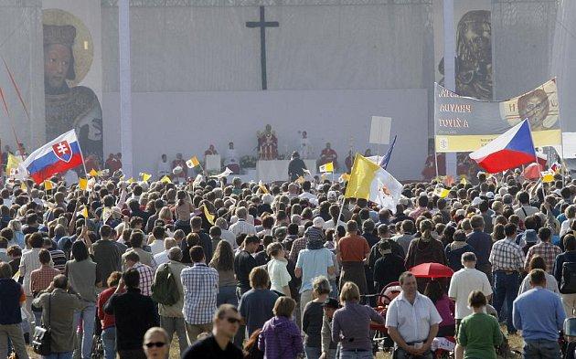 Na 50 000 věřících se zúčastnilo mše svaté, kterou celebroval papež Benedikt XVI. na Proboštské louce u Staré Boleslavi.