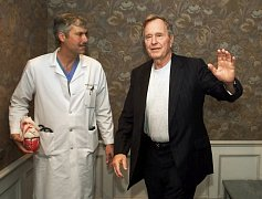 Kardiochirurg Mark Hausknecht na archivním snímku s bývalým prezidentem Georgem H.W. Bushem