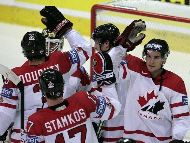 Kanadští hokejisté Scottie Upshall (vpravo), Steve Stamkos (uprostřed) a Drew Doughty se radují z vítězství.