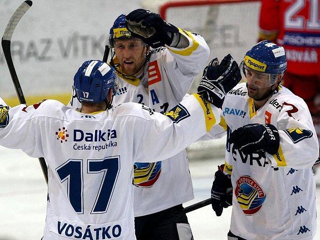 Hokejisté Vítkovic (zleva) Lubomír Vosátko, Marek Malík a Jiří Burger se radují z gólu proti Budějovicím.