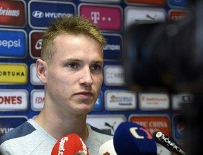 Jakub Jankto odpovídá novinářům.