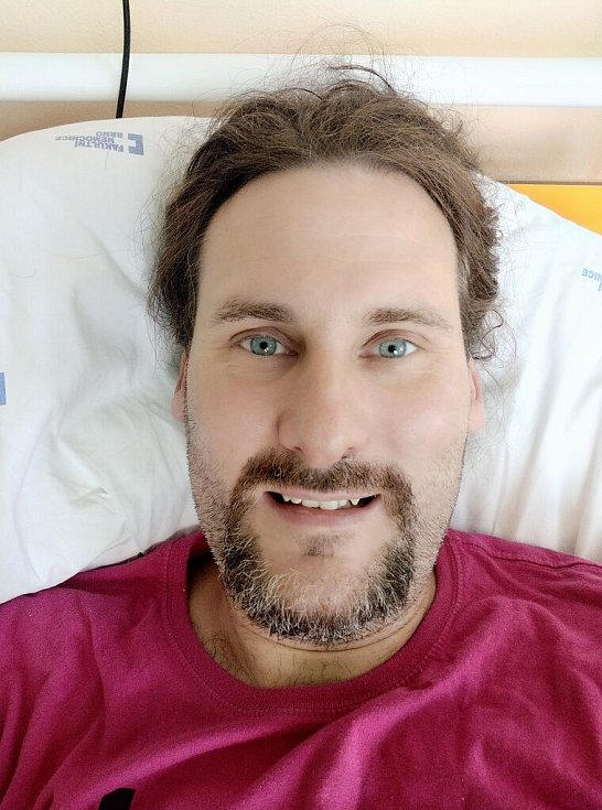 """Jan Komínek: """"S oboustranným zápalem plic způsobeným koronavirem jsem skončil v nemocnici. Předtím jsem měl deset dní vysoké horečky a nic nepomáhalo. Zachránilo mě až experimentální antivirotikum Remdesivir."""""""