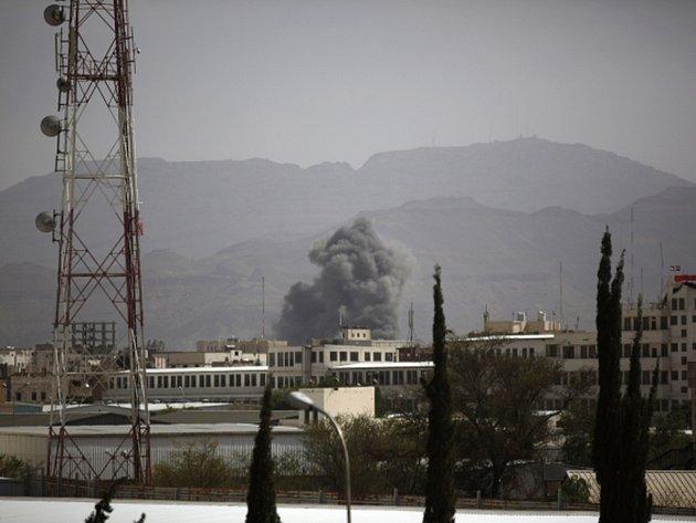 Po zásahu leteckých bomb dnes začal hořet vojenský komplex v jemenské metropoli Saná. Podle agentury AFP tam zahynuli tři lidé a 11 osob bylo zraněno.