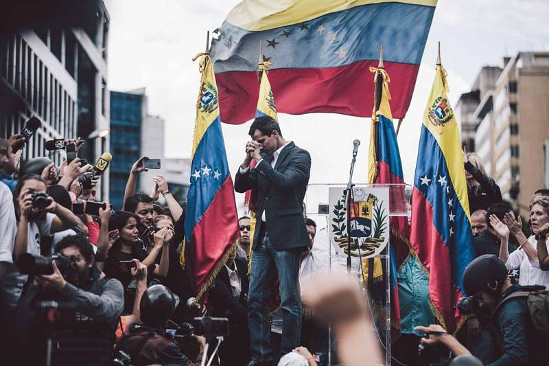 Lídr venezuelského parlamentu a samozvaný prezident Juan Guaidó