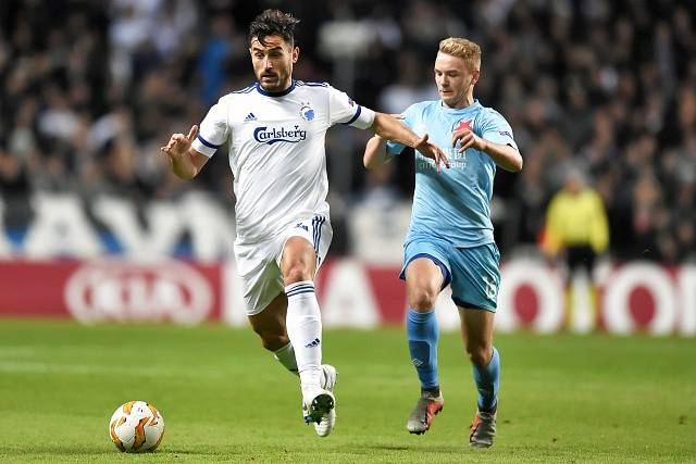 FC Kodaň – SK Slavia Praha. Sotirios Papagiannopoulos v souboji s mladíkem Janem Matouškem.