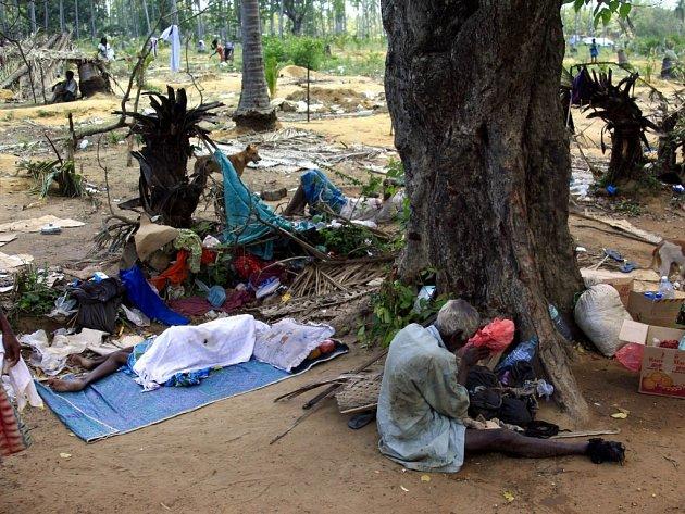 Civilisté, kteří utekli z oblasti bojů na Srí Lance.