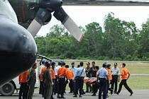 Z moře poblíž indonéského ostrova Borneo se dosud podařilo vylovit těla sedmi obětí nedělní nehody letounu společnosti Indonesia AirAsia.