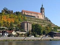 Pohled na město Mělník s vinicí nad soutokem Labe a Vltavy
