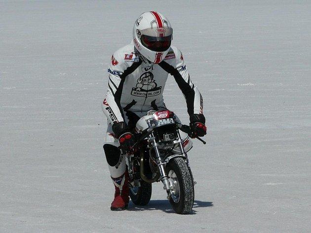 Český motocyklista Ivo Kaštan je světovým rekordmanem na letmou míli.