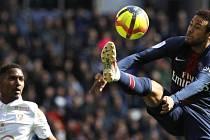 Fotbalista Paris St. Germain Neymar (vpravo).