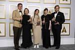 V kategorii nejlepší film letošních cen americké filmové akademie Oscar zvítězil podle očekávání snímek Země nomádů režisérky Chloé Zhaoové