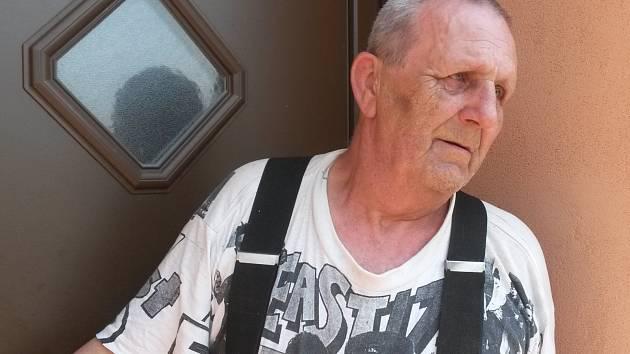 Na snímku zdrcený otec zavražděné Anny v Albánii, která bydlela ve Studeněvsi u Slaného.