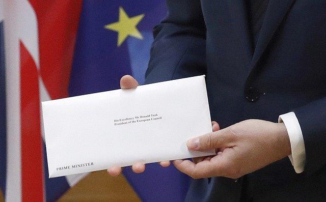Britský velvyslanec při EU Tim Barrowpřinesl předsedovi Evropské rady Donaldu Tuskovi dopis oznamující brexit