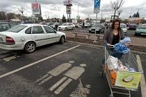 Parkování u nákupního centra bývá občas problém, zaparkovat bezpečně u úřadů je skoro nemožné.