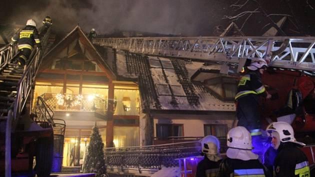 Více než 400 hostů muselo dnes nad ránem kvůli požáru urychleně opustit luxusní hotel v jihopolském městě Zakopané.
