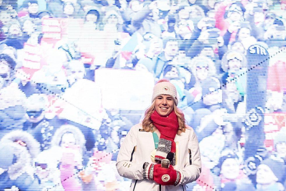 Fanoušci na pražském Staroměstském náměstí přivítali 26. února dvojnásobnou olympijskou vítězku Ester Ledeckou.