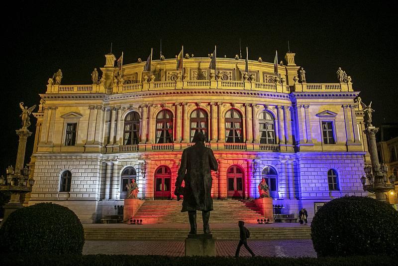 Na 31. výročí Sametová revoluce se rozsvítili budovy v národních barvách, 17. listopadu v Praze. Na snímku Rudolfinum.