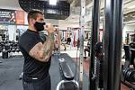 Muž v roušce cvičí ve fitness