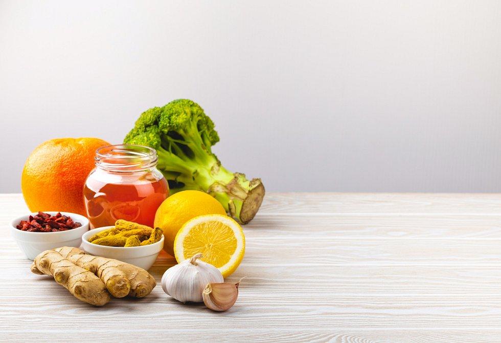 K posílení odolnosti těla přispívají vitaminy A, B, C a D, dále zinek, měď a selen