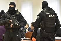 Podnikatel Marian Kočner (uprostřed) sedí v jednací síni specializovaného trestního soudu v Pezinku