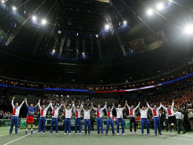 Český daviscupový tým děkuje po zisku Davis Cupu fanouškům za podporu a skvělou atmosféru.