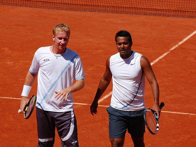 Lukáš Dlouhý (vlevo) s Leanderem Paesem si zahrají na Roland Garros o titul.