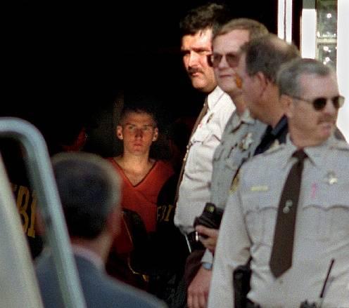Teroristu Timothy McVeigha přivádějí po dopadení k soudu.