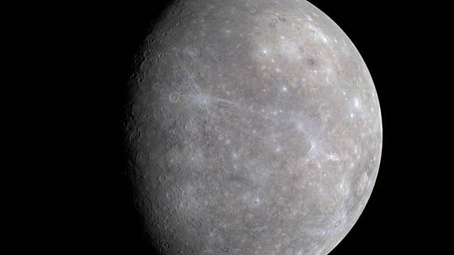 Fotografie Merkuru ve skutečných barvách, kterou v roce 2008 pořídila americká sonda Messenger.