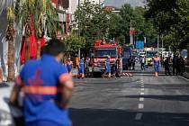 Při atentátu na policejní stanici na jihovýchodě Turecka zahynuli dnes tři lidé a 30 dalších bylo zraněno.
