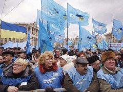 Tisíce protivládních demonstrantů v pátek v ukrajinské metropoli Kyjevě požadovali odstoupení prezidenta Viktora Juščenka a premiérky Julie Tymošenkové.
