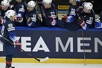 Čtvrtfinále mistrovství světa v hokeji: USA - ČR, 17. května 2018 v Herningu. Vpředu vlevo Patrick Kane z USA se raduje ze svého gólu na 3:2 se spoluhráči na střídačce