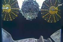 Dva američtí astronauti dnes od spojovacího uzlu Mezinárodní vesmírné stanice (ISS) odpojili zásobovací loď Cygnus, která v prosinci posádce dovezla 3,3 tuny nákladu.