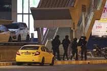 Policejní komando před obchodním centrem Terminal 21, kde se ukryl voják, který dnes zaútočil na několika místech ve městě Nakchon Rátčchasímá na východě Thajska a zabil dvě desítky lidí.
